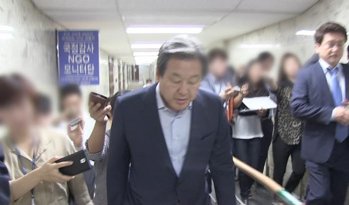 김무성 대표를 따라다니는 기자들은 녹음기만 들이댈 뿐 아무런 질문도 하지 않았다.