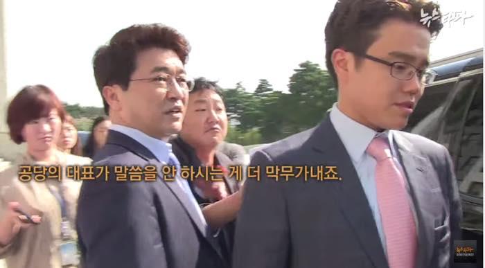 김무성 대표에게 질문을 하자 보좌진들이 막아섰고, 결국 김 대표는 아무 말도 하지 않았다.