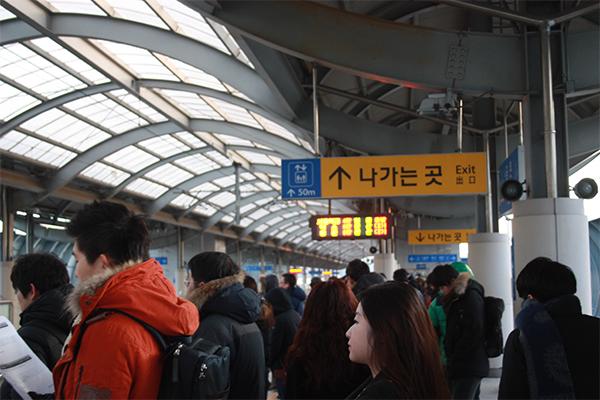 ▲ 승객들이 서울역행 열차를 타기위해 플랫폼에 줄을 서 있다. 열차가 4량으로 운행되기 때문에 이전보다 줄이 길어졌다.