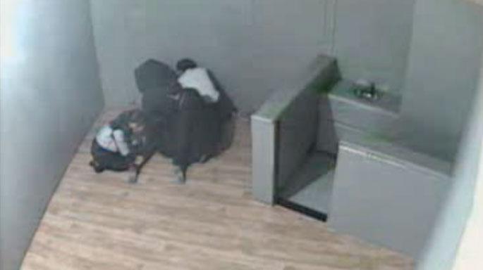 ▲ 2014년 2월 대구성서경찰서 보호유치실에서 김 씨가 경찰에게 제압당하는 모습이 담긴 CCTV.