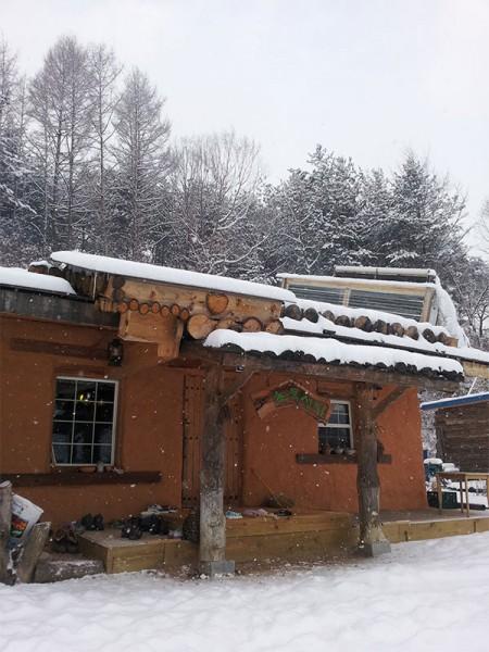 ▲ 흙부대방식으로 지어진 단층주택과 햇빛온풍기