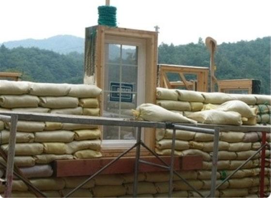 ▲ 흙부대집의 벽과 창문틀 모습