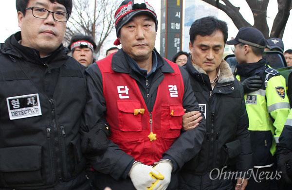 ▲고공농성을 중단하고 내려온 송복남 씨. © 오마이뉴스