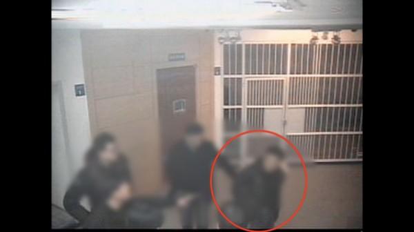 ▲ 김 씨가 대구성서경찰서 유치장으로 이송됐을 당시 CCTV. 김 씨는 뒤로 수갑을 차고 있었지만 난동을 벌이는 정황은 확인할 수 없었다.
